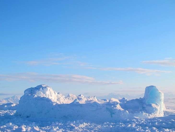 Petit Iceberg entouré de banquise.