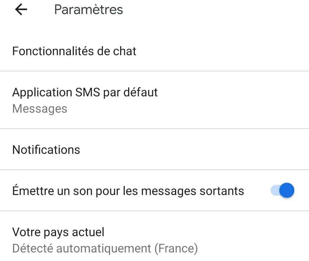 Seule l'application Android Messages est compatible avec RCS, et il faut ensuite activer les « Fonctionnalités de chat ». © Futura