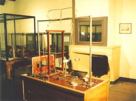 Copie de la table du Deutsche Museum de Munich faite en 1947 à la demande du colonel Behn Pixii qui en fabriqua un certain nombre sur les indications d'Ampère. © Musée Ampère