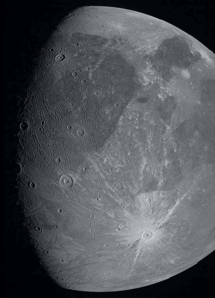 L'image de Ganymède telle qu'enregistrée par le filtre vert de la JunoCam. Pour obtenir une telle image d'un objet en rotation alors que l'imageur a un champ de vision fixe, la caméra a acquis une bande à la fois, au fur et à mesure que la lune traversait son champ de vision. Les bandes d'images capturées à l'aide des filtres rouge et bleu ne sont pas encore disponibles. © Nasa, JPL-Caltech, SwRI, MSSS
