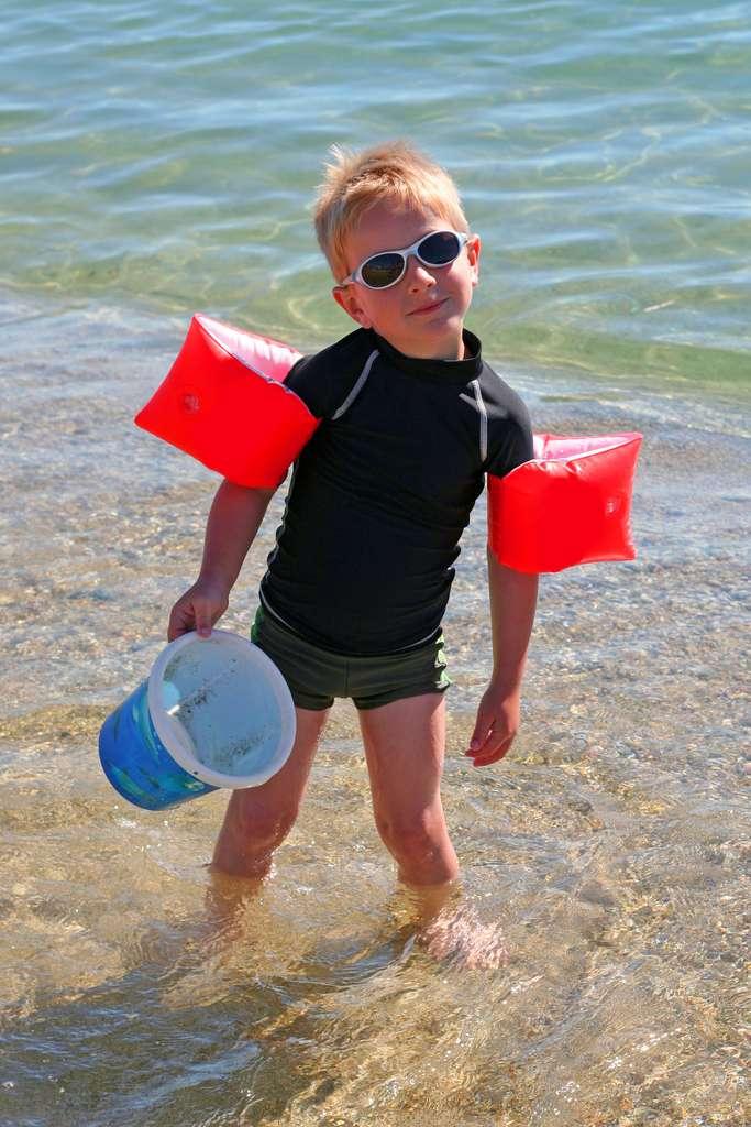 Les vêtements anti-UV peuvent protéger les enfants du soleil. © Fotolia