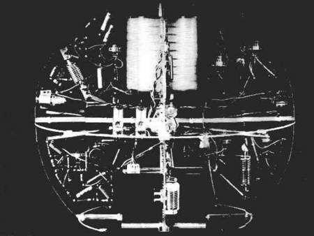 Vue interne du modèle de vol de Spoutnik 1, montrant notamment les tubes à vide de l'émetteur radio. Archives russes.