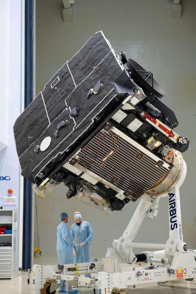 La sonde Solar Orbiter avec, au premier plan, son bouclier thermique conçu pour résister à des températures de plus de 500 °C. © ESA, S. Corvaja