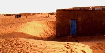 Ensablement du village de Bennichchâb (Mauritanie). Cette ville survit grâce à une activité d'embouteillage d'eau crée en 1968