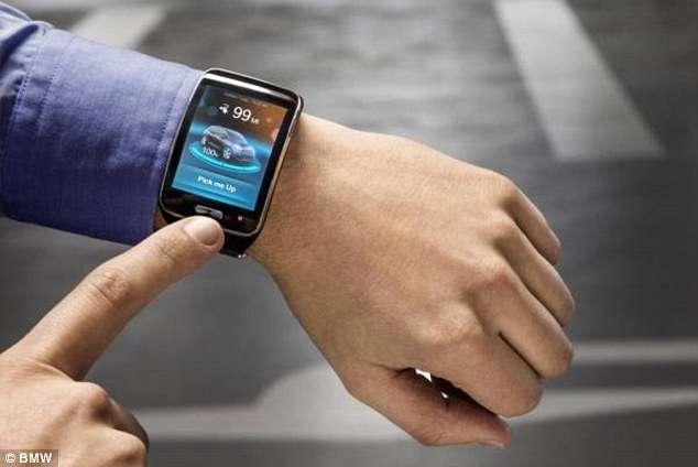 BMW étudie un système analogue mais, au smartphone, préfère la montre. La voiture, à l'entrée du parc du stationnement ira toute seule chercher une place et reviendra quand son propriétaire l'appellera par le même moyen. © BMW