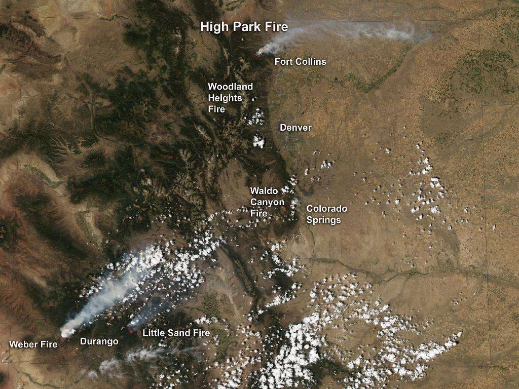 Le satellite Aqua (EOS PM-1) a capturé cette image du Colorado en couleur naturelle grâce à son spectroradiomètre imageur à résolution modérée (Modis) le 23 juin 2012. Les positions des différents feux de forêts sont indiquées. Les panaches de fumée qu'ils provoquent sont clairement visibles, surtout pour le Weber Fire (3.400 hectares brûlés) et le High Park Fire (plus de 35.000 hectares partis en fumée). Le feu de Durango a pris le 13 mai, il brûlait toujours lors de la prise de la photographie (il était alors contenu à 31 %). © Nasa
