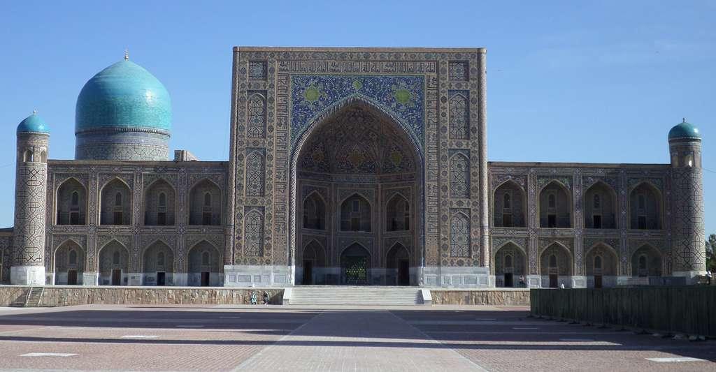 La madrasa d'Ulugh Beg, construite entre 1417 et 1420 sur la place du Registan, à Samarcande. © Bobyrr, CC by-nc 4.0