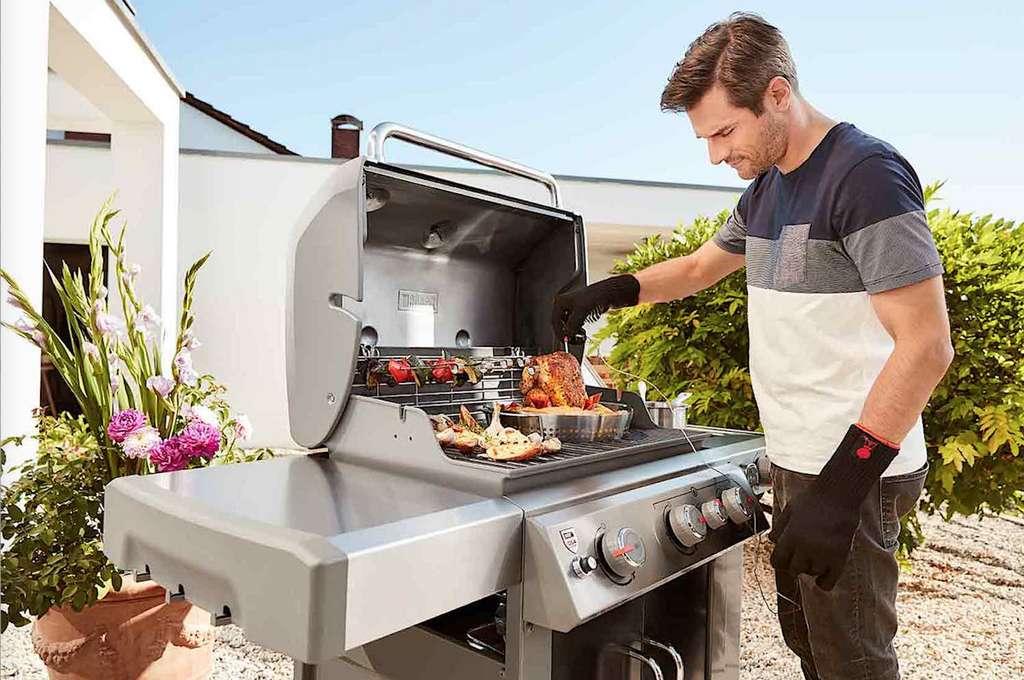 Déguster de bonnes grillades autour d'un barbecue ou d'une plancha, un plaisir partagé. Modèle fixe ou mobile, au charbon de bois ou gaz : chaque solution a ses adeptes. © Weber