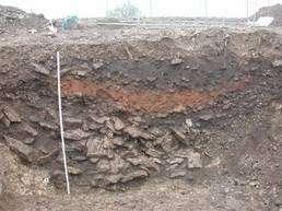 On retrouve en de nombreux endroits du monde cette couche rouge riche en éléments fondus, toujours datée de 4000 ans. Crédit : Marie-Agnès Courty