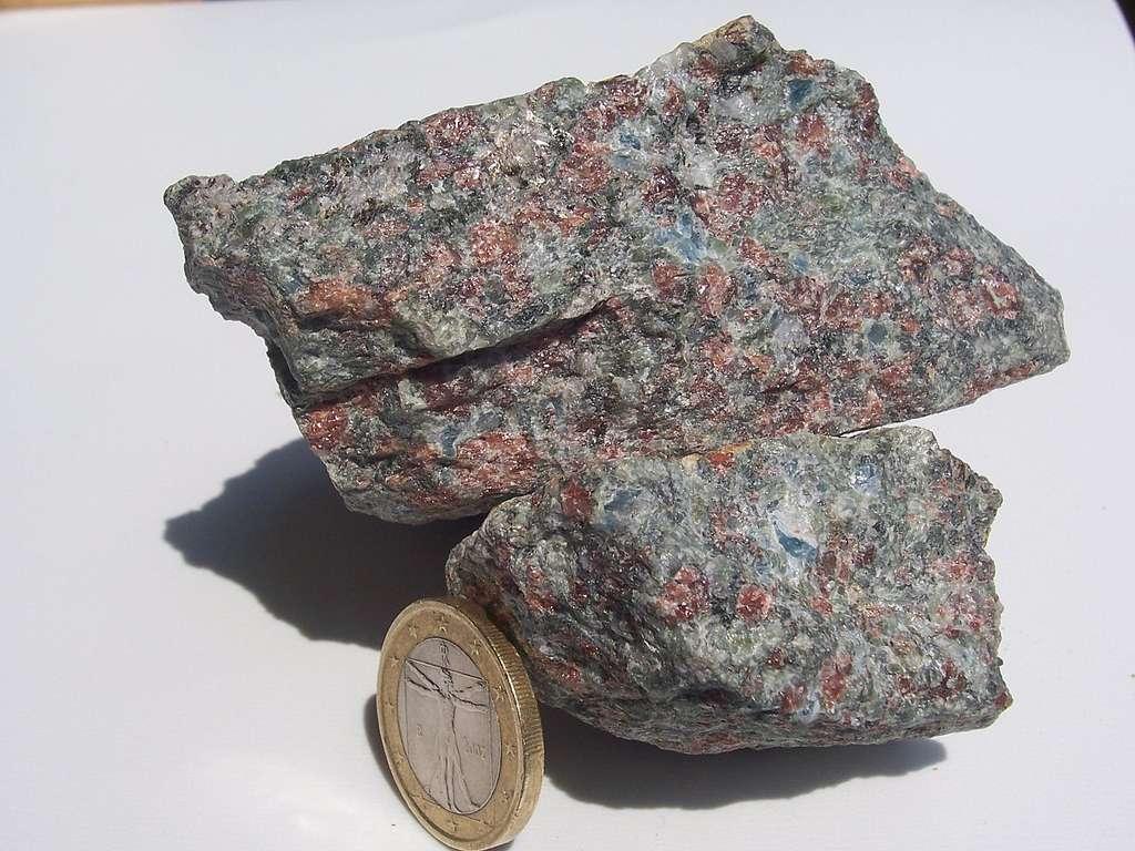Un échantillon d'éclogite. Les grenats rouges sont bien visibles. © DP, Wikipédia