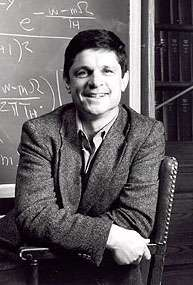 Andrew Strominger, né en 1955, est un physicien américain à qui on doit d'importants travaux sur la physique des trous noirs et sur la théorie des supercordes. Ses résultats les plus célèbres portent sur l'entropie des trous noirs en compagnie du physicien d'origine iranienne Cumrun Vafa. © Université Harvard