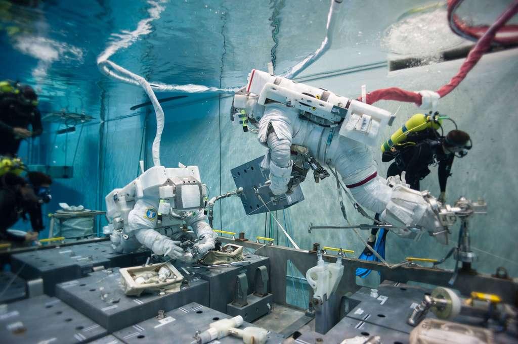 Deux astronautes ont simulé, dans une piscine de la Nasa, la sortie dans l'espace de Tom Marshburn et Chris Cassidy (à bord de l'ISS), effectuée samedi 11 mai pour réparer la fuite d'ammoniac. © Nasa