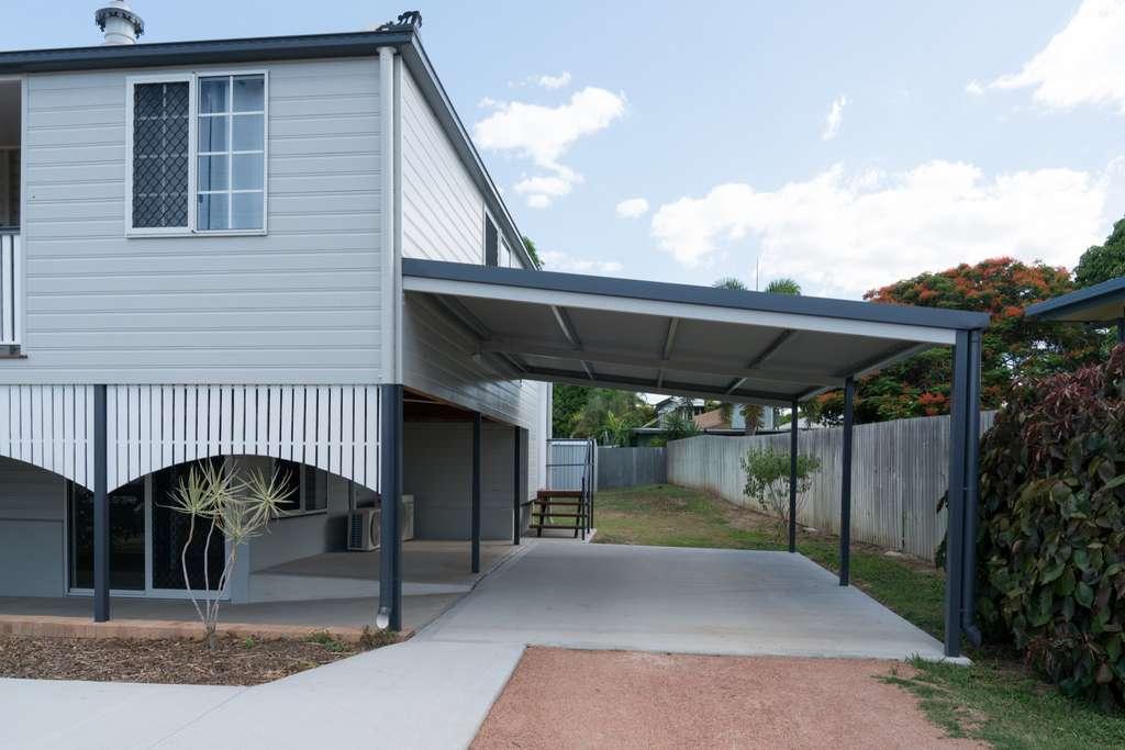 Le carport s'intègre parfaitement à l'environnement architectural de la maison. © bellass, Adobe Stock