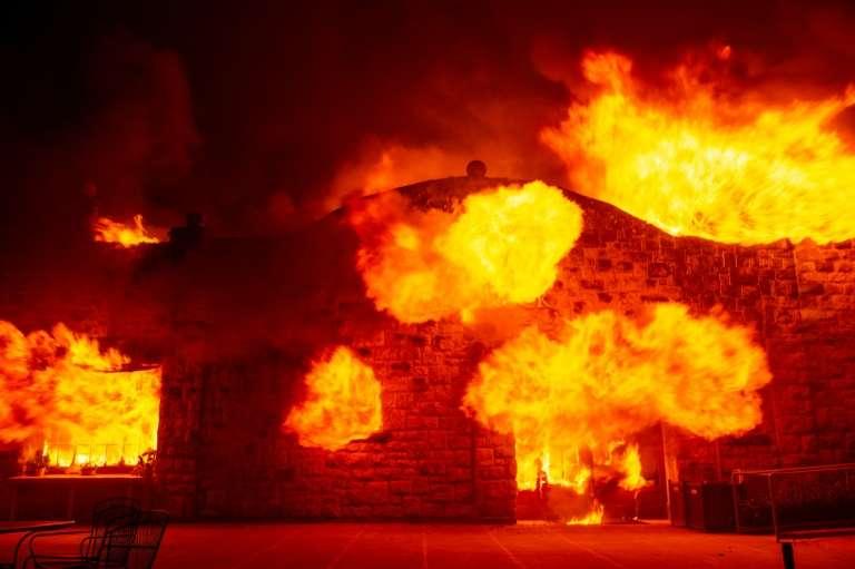 Le bâtiment principal de la Soda Rock Winery, propriété viticole de Healdsburg, ravagé par le « Kincade Fire », le 27 octobre 2019 en Californie. © Josh Edelson, AFP