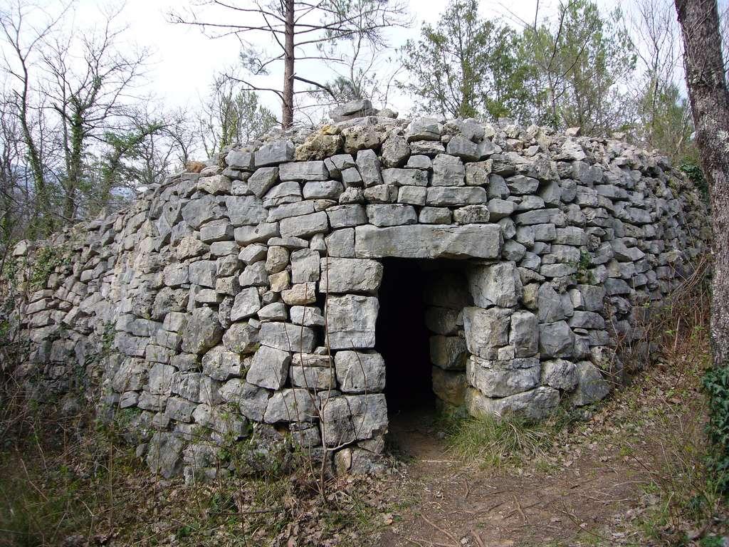 Les bories sont des sortes de cabanes en pierres sèches. © WiggyToo, Flickr, cc by nc nd 2.0