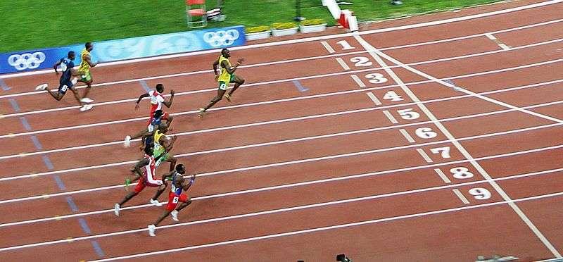 Tous derrière et lui, loin devant. La photo prise lors des Jeux olympiques de Pékin (2008) montre à quel point Usain Bolt écrasait ses concurrents, surtout qu'il n'est pas réputé pour prendre un bon départ. Il fait la différence uniquement grâce à sa vitesse de pointe. © SeizureDog, Wikipédia, cc by 2.0