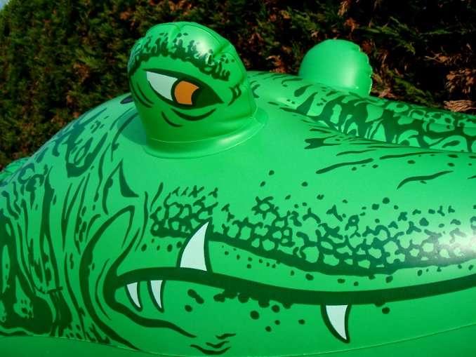 Certes, les crocodiles gonflables ne mordent pas mais ils peuvent être dangereux ! © DR