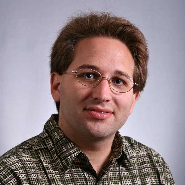 Scott Aaronson est un chercheur en informatique théorique reconnu, membre du corps professoral du département de génie électrique et d'informatique au Massachusetts Institute of Technology. Il a de sérieux doutes sur le potentiel des calculateurs quantiques de D-Wave Systems. © MIT