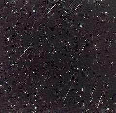 Des météores, appelés aussi étoiles filantes sont des poussières cosmiques qui tombe sur Terre sous forme de pluie