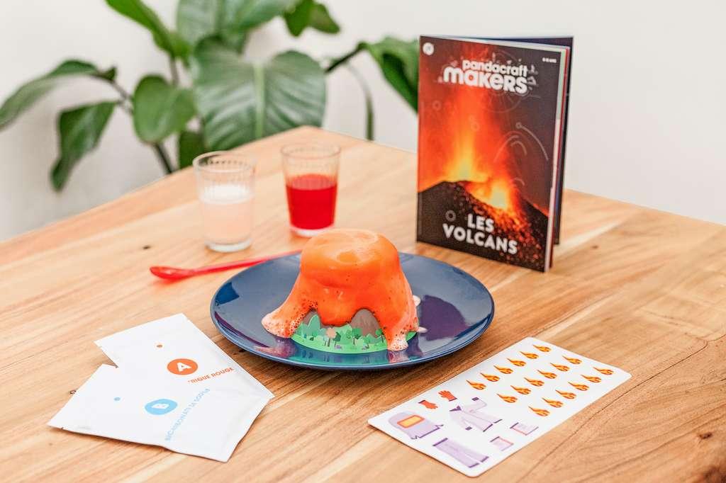 Un volcan qui entre en éruption sur la table de la salle à manger. C'est un peu le rêve de tous les enfants. Une expérience qui les aide à progresser dans leurs apprentissages. © Pandacraft