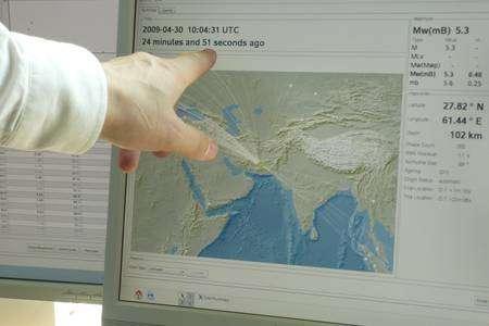 Les ordinateurs du CSEM récupèrent en permanence les informations provenant des instituts de sismologie adhérant à cette organisation. Des logiciels analysent les données et détectent les activités sismiques. © Futura-Sciences/Jean-Luc Goudet
