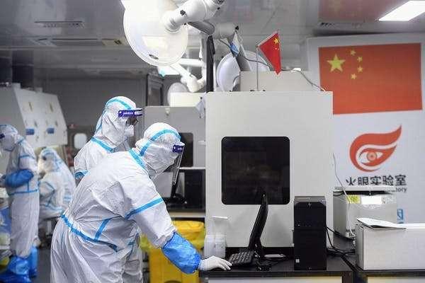 De nombreuses analyses peuvent encore être menées, sur la population, mais aussi sur des échantillons anciens conservés (tests dans un laboratoire de Wuhan, août 2021). © AFP