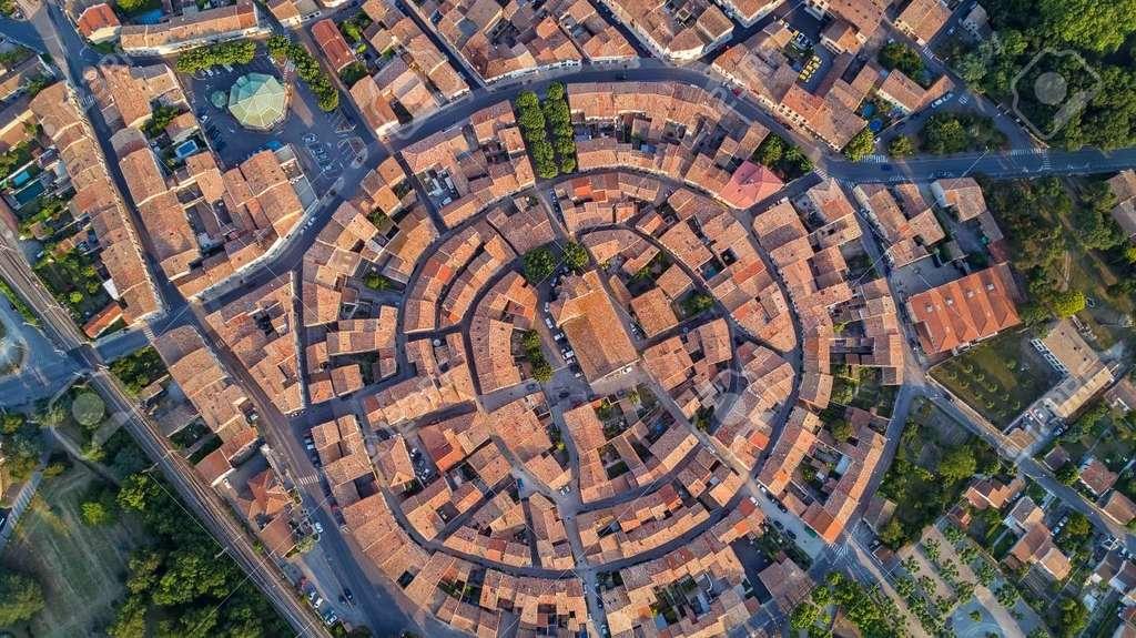 Vue aérienne de Bram (Aude) : construite à partir du XIe siècle autour de son église (cinq anneaux identifiables). © Jaysi.