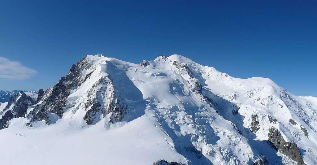 Panorama sur le massif du Mont-Blanc vu depuis l'aiguille du Midi. © Yann Gwilhoù, Wikimedia commons, CC by-sa 3.0