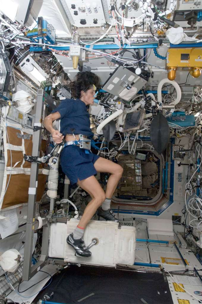L'astronaute de la Nasa Sunita Williams s'adonnant à des exercices physique pour, comme ici, mesurer la consommation d'oxygène et le débit cardiaque. © Nasa