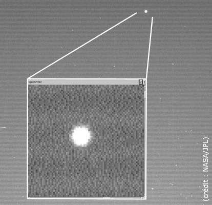 Le module Huygens s'éloignant de la sonde Cassini 12 heures après son largage (montage Futura-Sciences) Voir le cliché en haute résolution
