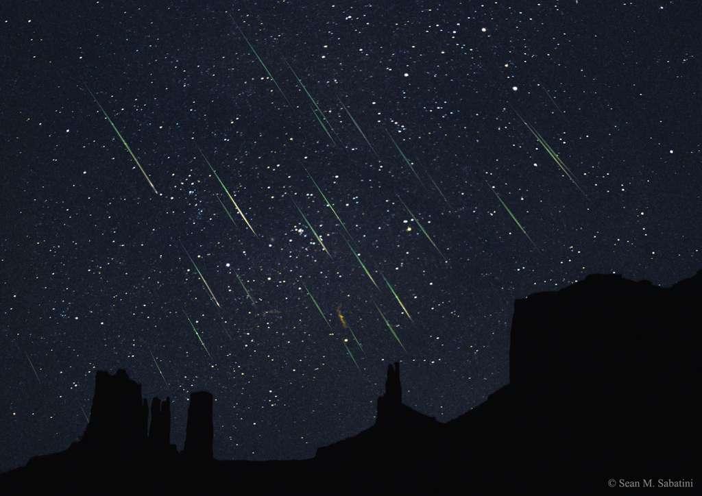 Photo composite des Léonides dans le ciel de Monument Valley. © Sean M. Sabatini, Apod (Nasa)