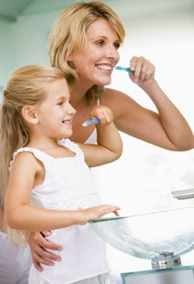 Se brosser les dents au moins deux fois par jour permet de garder une bonne santé dentaire. © Phovoir