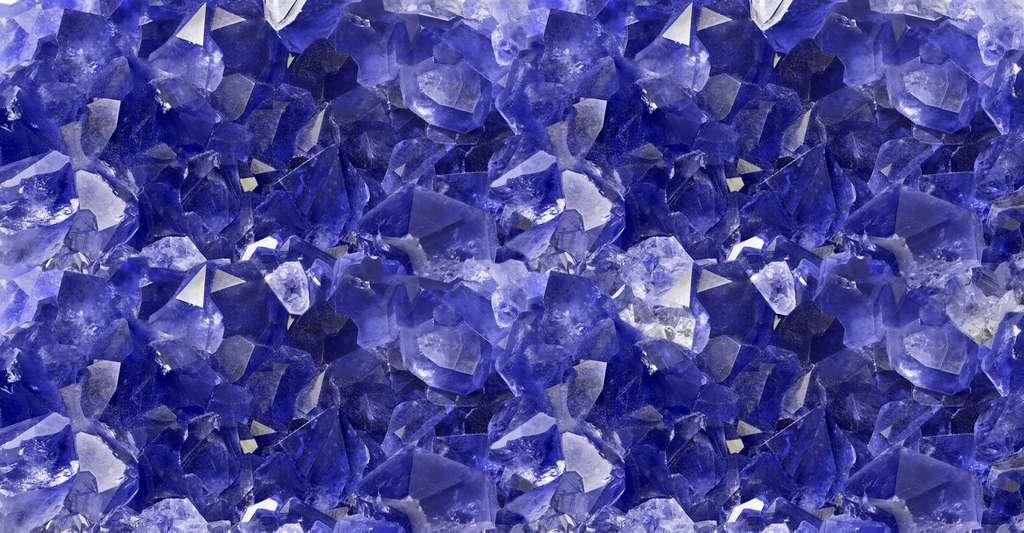 Le saphir — ici en photo – tout comme le diamant, l'émeraude ou le rubis peuvent sortir de la liste des pierres précieuses pour devenir des pierres fines si leur qualité est jugée insuffisante. © Alexander Potapov, Fotolia