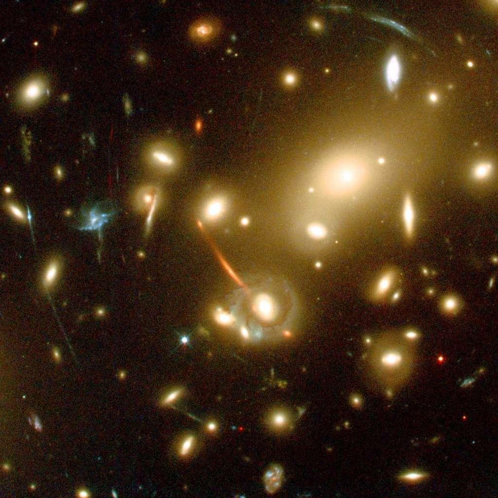 Le télescope spatial Hubble a révélé de multiples arcs lumineux dans Abell 2218. Ils traduisent l'effet gravitationnel produit par un amas de galaxies qui déforme la lumière émise par des galaxies très lointaines situées derrière. Crédit Nasa/Hubble Telescope/Caltech