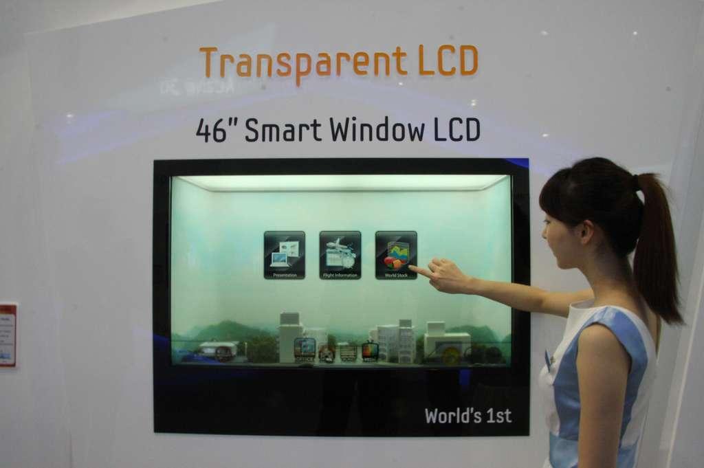 Smart Window : l'écran de 46 pouces vient remplacer une fenêtre en verre d'habitation. Il laisse passer la lumière extérieure et permet d'afficher des gadgets. Tactile et connecté, il s'utilise comme une tablette. © Samsung