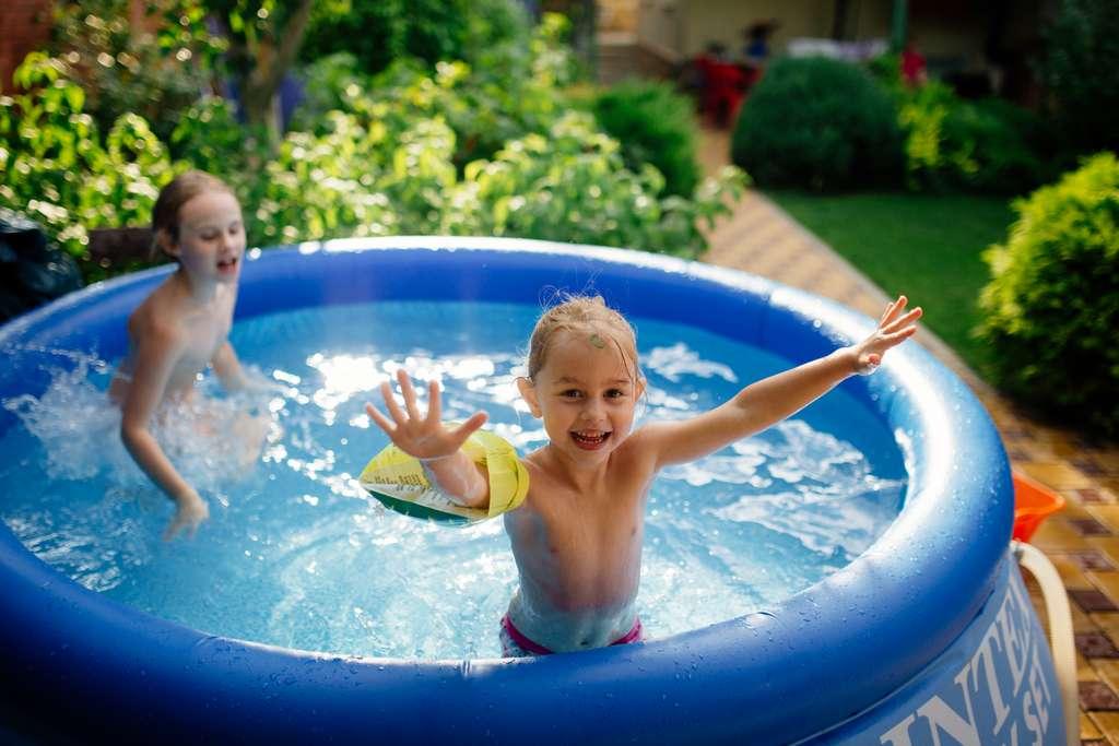 Quels que soient son diamètre et sa profondeur, une piscine autoportante est un espace de jeux. Elle doit (comme toutes les piscines) être sous la surveillance constante d'un adulte. © Maksim Kostenko, Adobe Stock