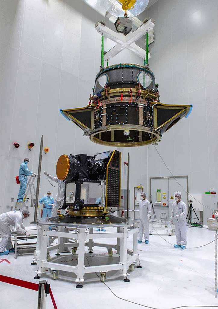 Le satellite Cheops encapsulé dans le système Soyouz Arianespace pour charges utiles auxiliaires. On regrettera qu'à l'ère de l'ADSL et de la fibre, le Cnes CSG diffuse seulement des images de piètre définition. © Cnes, ESA, service optique CSG