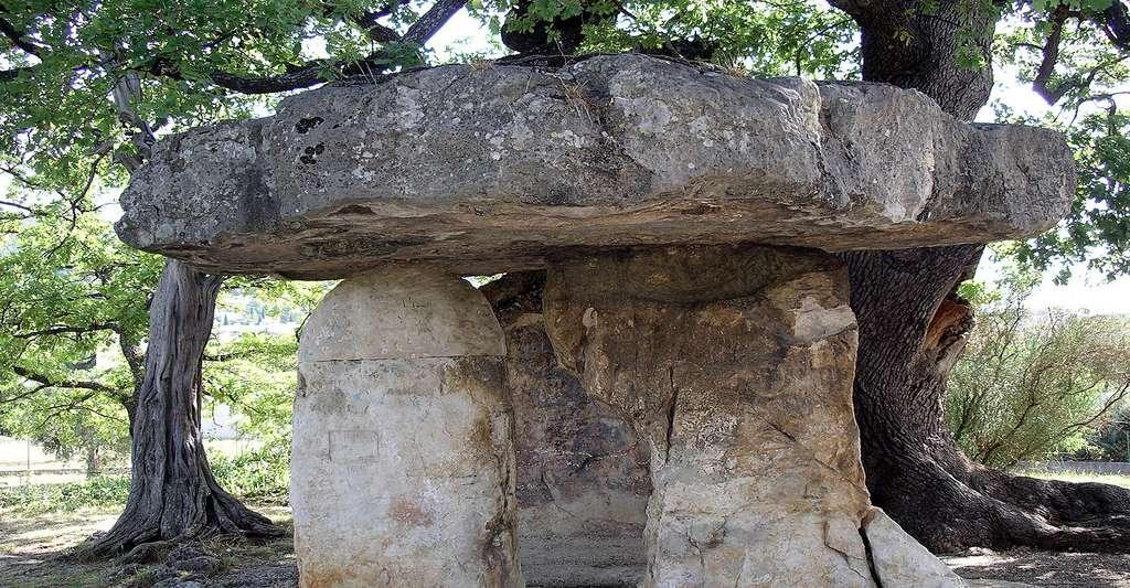 La Pierre de la fée est un dolmen classé au titre des Monuments historiques, et situé sur la commune de Draguignan. Il date de l'époque néolithique. © Martinp1 CC BY-SA 3.0