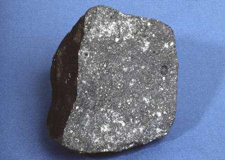 Un échantillon de la météorite d'Allende, la Pierre de Rosette de la planétologie selon Claude Allègre. Cliquez pour agrandir. Crédit : D. Ball, ASU