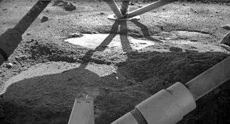 Photo (monochrome) prise sous la sonde fin novembre. Crédit Nasa