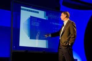 Bill Gates devant le Touch Wall au CEO Summit Show 2008. © Microsoft