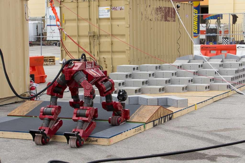 Le robot Chimp développé par l'université Carnegie-Mellon. Pour s'adapter au terrain, ce robot bipède utilise ses chenilles et se transforme en minitank. © Darpa Robotics Challenge