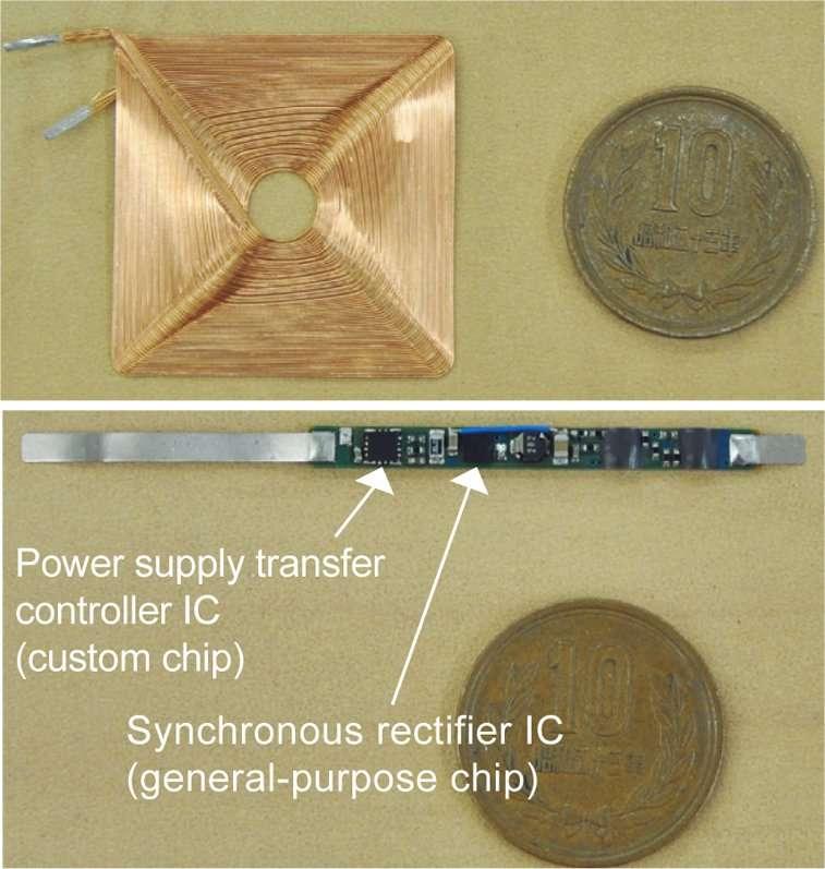 En haut, l'antenne, de forme carrée, transmet la puissance électrique par induction magnétique. Elle est identique pour l'émetteur et pour le récepteur. La pièce de 10 yens donne l'échelle : elle mesure 23 millimètres de diamètre. Les données sont transmises elles aussi par induction magnétique, à l'aide de la même antenne mais sur une fréquence plus élevée. En bas, le circuit de contrôle et de synchronisation de puissance par induction (Power supply transfer controller IC et Synchronous rectifier IC) : il ne mesure que 3 mm2 pour une épaisseur de 0,5 mm. © Tech On