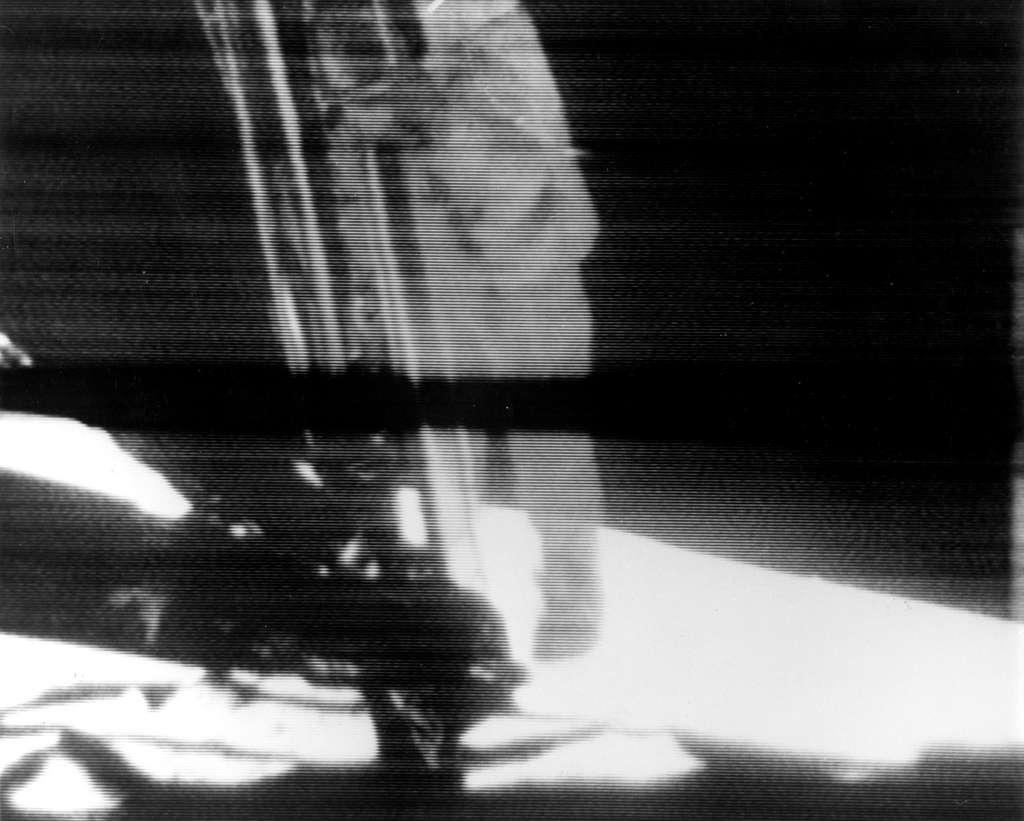 Neil Armstrong descend l'échelle du Lunar Module