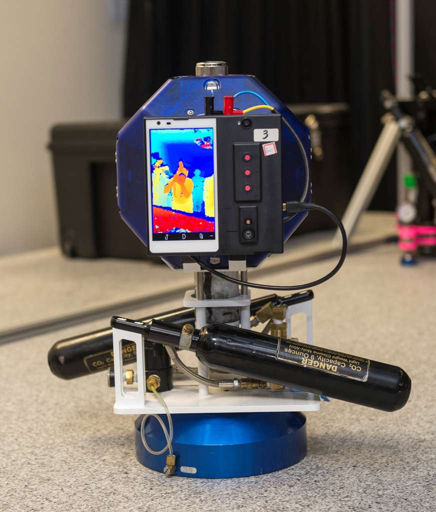 Google et la Nasa ont commencé à collaborer à l'été 2013 sur le projet Spheres-Tango. Le prototype a été modfié. Il est désormais séparé deux parties afin que l'écran et la caméra arrière soient placés côte à côte sur l'une des faces du robot cubique. © Nasa Ames / Eric James