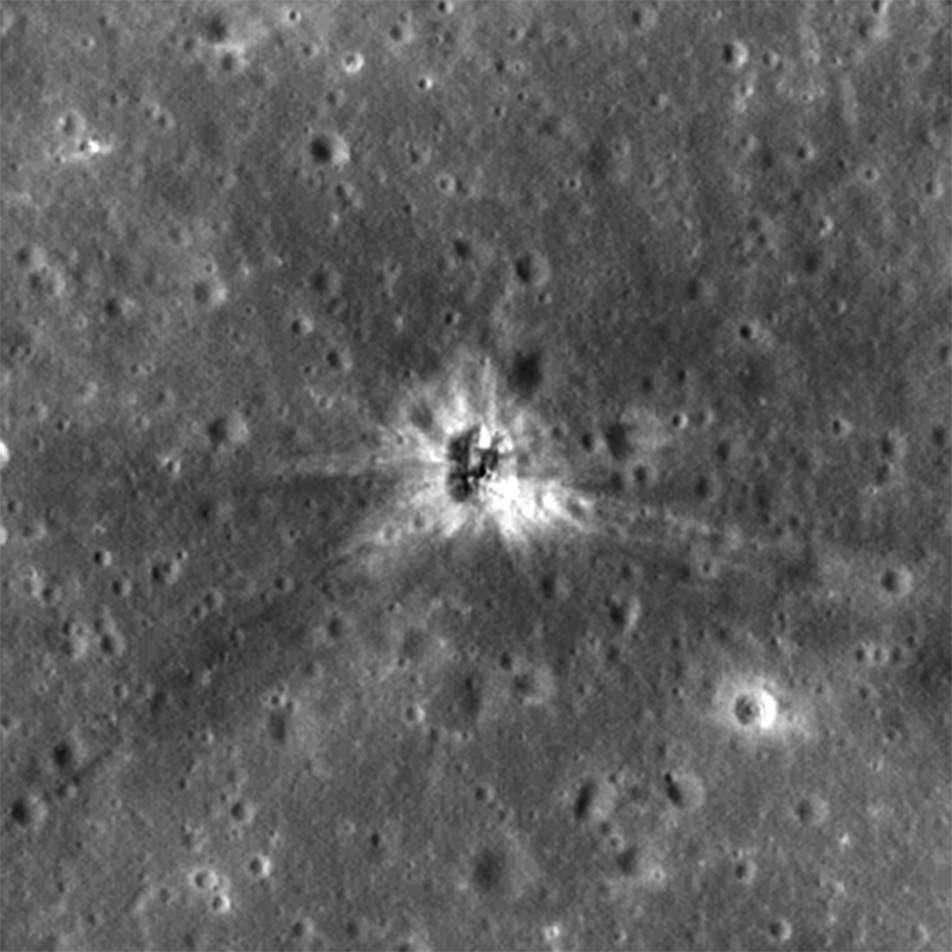 Le cratère d'impact créé par le troisième étage de la fusée Saturn V, S-IVB, qui servit à propulser Apollo 16, a été enfin retrouvé par la sonde LRO (Lunar Reconnaissance Orbiter). Il se situe à environ 260 km au sud-ouest du cratère Copernic, précisément à 1.921 °N, 335.377 °E. © Nasa, Goddard, ASU