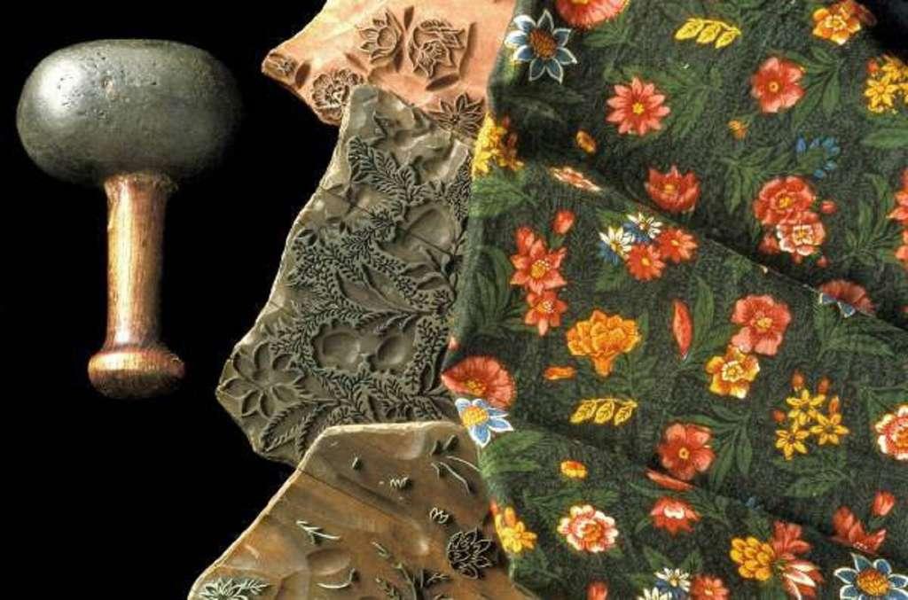 Échantillons de planches d'impression avec maillet d'imprimeur et tissu imprimé, fin XVIIIe siècle. Musée de la Toile de Jouy, Jouy-en-Josas. © Cliché Hervé Gyssels, Photononstop