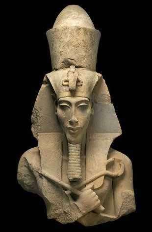 Les portraits d'Akhenaton montrent un visage beaucoup plus réaliste que ceux des pharaons traditionnels, ce qui le rend facilement reconnaissable parmi les statues de l'Égypte antique. © DR
