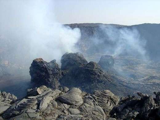 Les quatre hornitos en activité (vue depuis l'ouest), le 1er décembre 2004. Les deux hornitos sur la gauche émettent du SO2 à haute température. Le hornito au premier plan à droite contient de la lave en fusion. © J.-M. Bardintzeff, reproduction et utilisation interdites