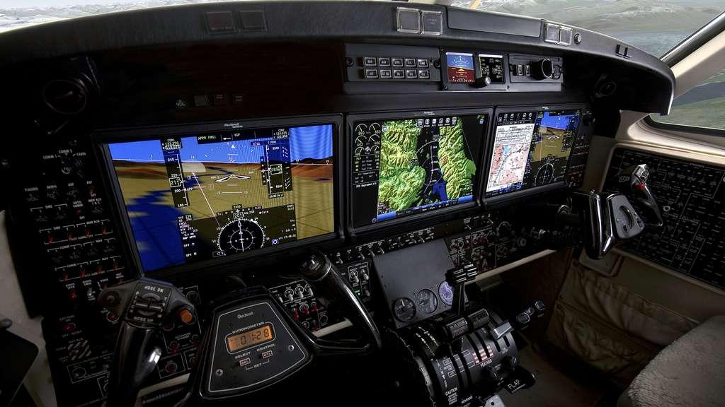 Un tableau de bord de nouvelle génération (baptisé Pro Line Fusion, de Rockwell Collins). On remarque la concentration des informations sur les écrans, la cartographie (à droite) et la superposition de la représentation du paysage (à gauche). L'appareil est un Beechcraft, l'aviation d'affaires intégrant plus rapidement les innovations que les avions de ligne. © Rockwell Collins